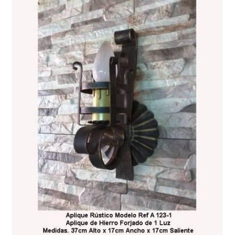 Apparecchi di illuminazione in ferro battuto. Applique in ferro battuto rustico. acquisto. regalo.