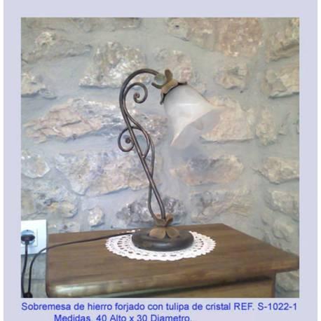Lampade da tavolo lampada in ferro battuto. Lampade da tavolo in ferro battuto. rustico