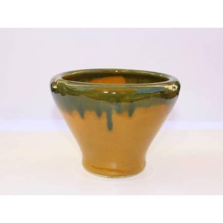 Mortier d'argile de poterie artisanale. À la main
