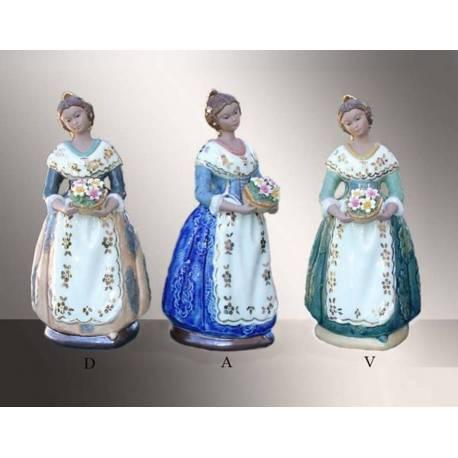 Figuras de porcelana. Falleras de pie con cesta delante y peana