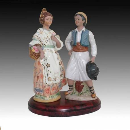 Figuras de porcelana de una pareja de falleros en peana, serie limitada