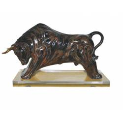 estatua en porcelana. un toro figurativo en color negro. embistiendo. con peana. serie limitada