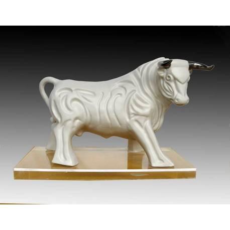 Figuras de porcelana. un toro español. figurativo. blanco. caminando sobre una peana, serie limitada