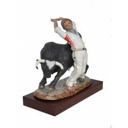 Ein Stier-Porzellan-Figuren, stehen mit Trimmer limitierte Serie weib