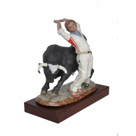 Figuras de porcelana de un toro, con recortador en blanco con peana serie limitada