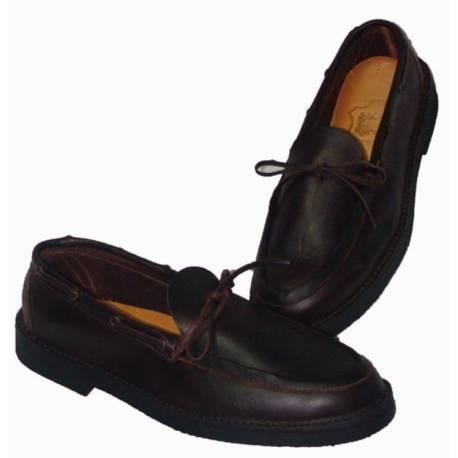 mocassins. Chaussures en cuir foncé. avec boucle. à la main. au design classique. acheter. exclusivité