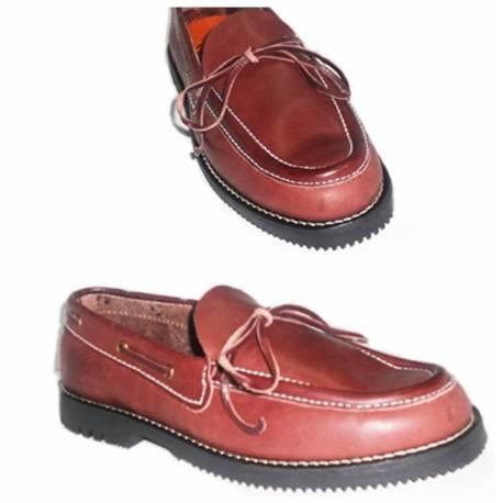 mocasines. zapato naútico de cuero burdeos. con lazo. hecho a mano. diseño clásico. resistente. exclusividad