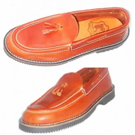 mocassins. Chaussure de bateau en cuir . avec des glands. à la main. au design classique. résistant. exclusivité