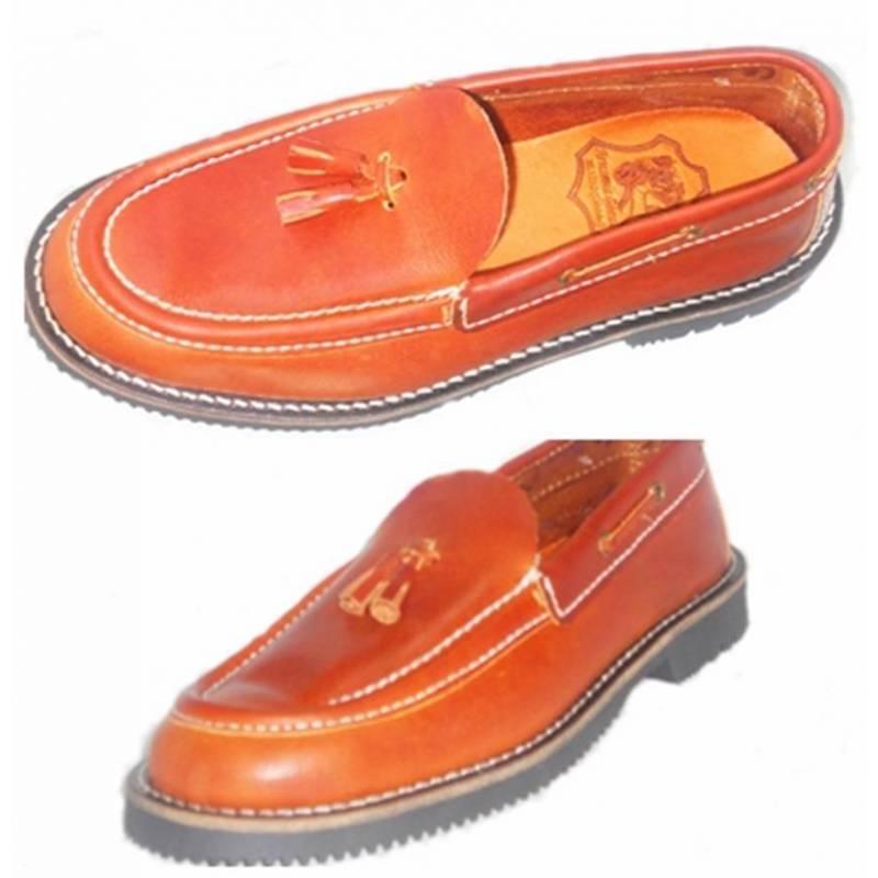 mocassins chaussure de bateau en cuir avec des glands la main au design classique. Black Bedroom Furniture Sets. Home Design Ideas