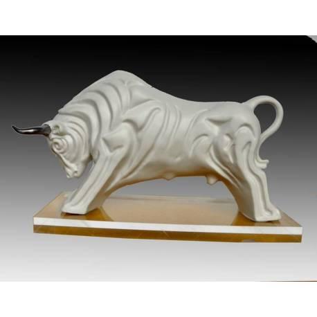 statue de porcelaine. un taureau figuratif en couleur crème. brasquage. avec chemins de roulement. série limitée
