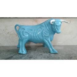 Estatuetas de porcelana. um touro espanhol com cor azul. forç. com os footboards. série limitada