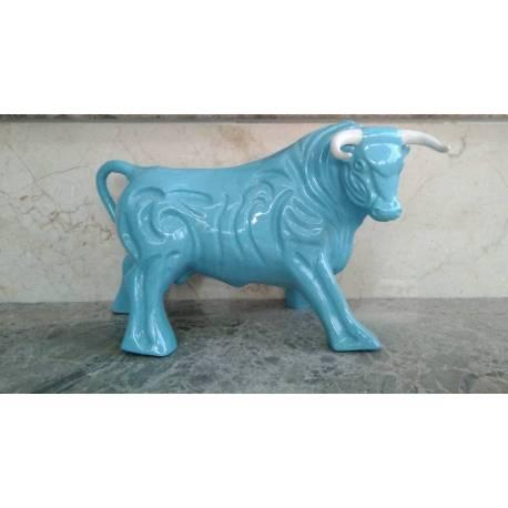 Figurines en porcelaine. un taureau espagnol avec la couleur bleue. brasquage. avec chemins de roulement. série limitée