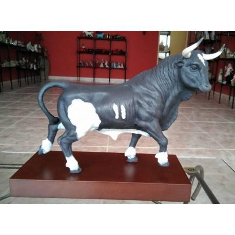 Figurine di porcellana. Toro a piedi. Pardo. con base, serie limitata. Acquista in Spagna